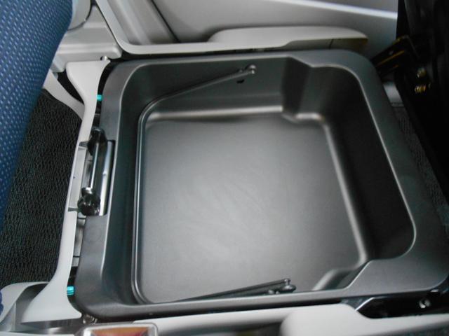 助手席の下にも小物入れスペース