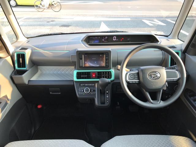 実用的な収納が車内の各所にあります