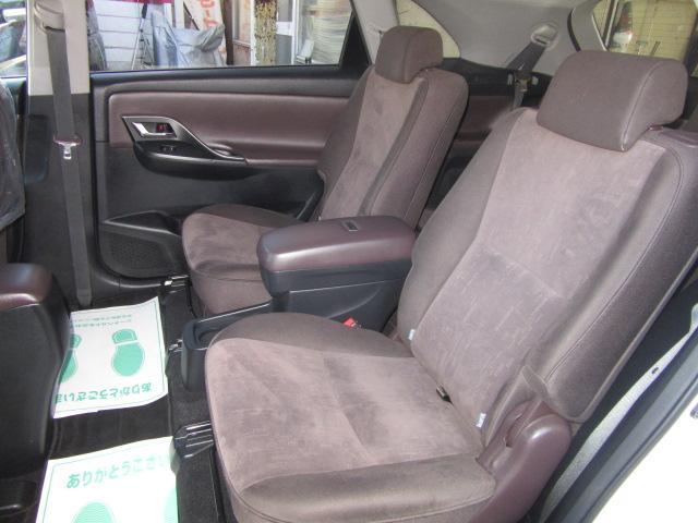 2列目左右独立キャプテンシート(センターアームレスト&コンソールボックス・ドアアームレスト・スライド&リクライニング機構・チャイルドシート固定機構付きシートベルト)