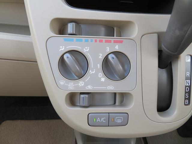 マニュアルエアコンは使いやすい2つのダイヤル式です。右から風量、風向きの順番で、上部に温度調節のツマミ付きです!