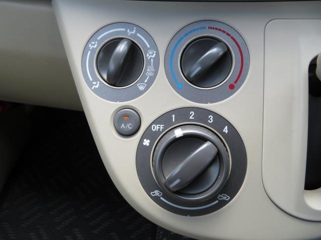 マニュアルエアコンは使いやすい3つのダイヤル式です。右上から温度調節、風量(下のダイヤル)、風向き(左上)の順番です!
