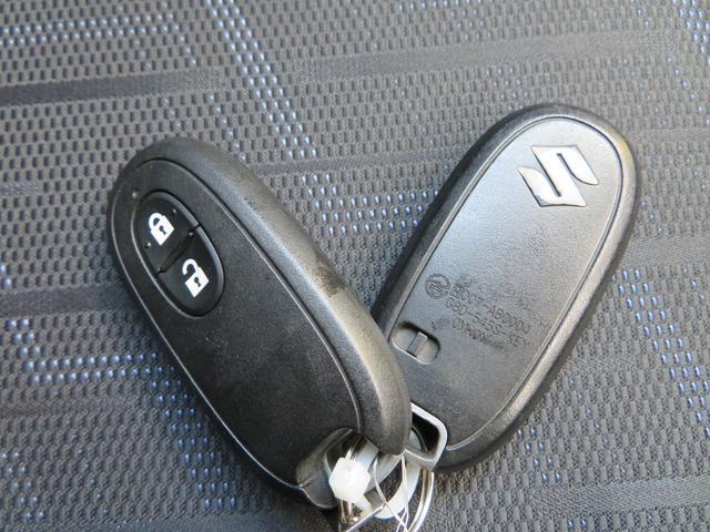ドアの開閉時、両手が荷物で塞がっている時はキーレスでのカギの解除が大変ですよね。スマートキーはポケットやバッグに入れておけば、ノブのボタンを押しただけでロックの解除が可能です。とても便利な機能です。