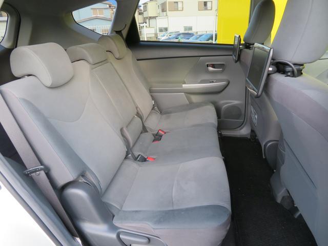 2列目シートはゆったりベンチシートです。背もたれを倒せばフラット状になるので、車中泊やクルマでちょっと休憩も可能です。長距離運転や旅行に便利なクルマですね。