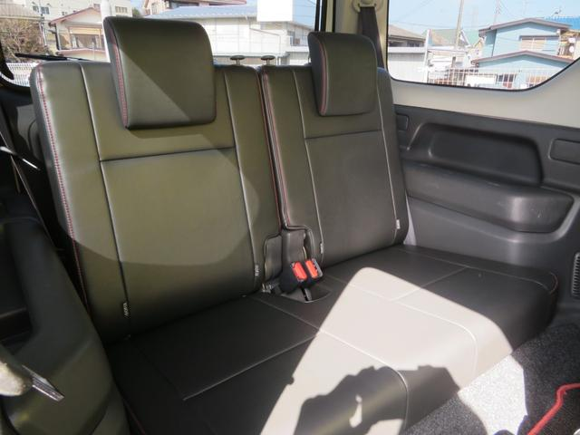 後部座席もある程度のスペースを確保しておりますので、長身や大柄の方でなければ、問題なく乗れます。