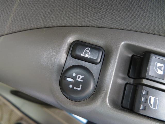 日本の駐車場は幅が広くないところが多くて、乗り降りが大変だったりしますよね。電動ミラーがあれば、室内でミラーをたためるので、駐車するときも便利ですね。