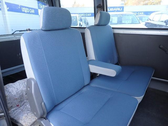 アームレスト&リクライニング機能付きのリヤシート☆畳めばフラットな荷室になります