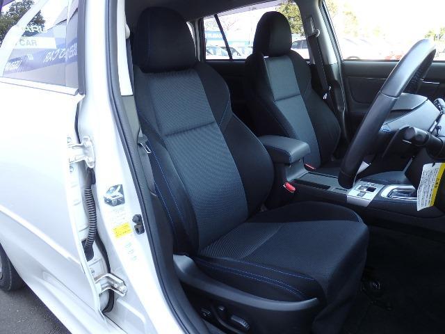 フロントシートは前方を見渡せる高さと適度なホールド感があります。ロングドライブでの疲労を和らげ安心感があります。