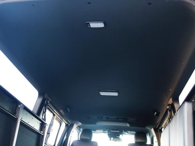 天井やトリム(車内の壁)等がブラックカラーとなっており、高級感のある内装となっております♪