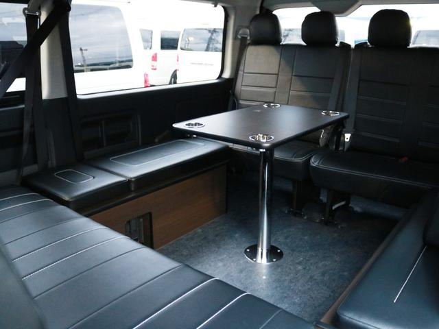 脱着可能なセンターテーブルを囲んでのリビング展開も可能です!