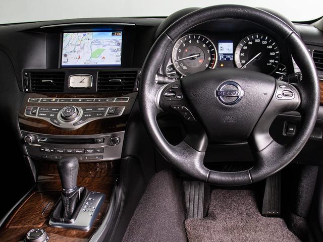使いやすさや安全性を追求したステアリング周り!高級車ゆえにスイッチ類が多いのも特徴ですね!考え尽くされた配置ですぐに使いこなす事が出来ますのでご安心下さい!是非、体感してみて下さい!