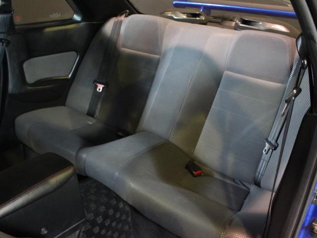 大人の方がフルで乗られてもゆったりなリヤシート!こちらには特に使用感が少なく綺麗です!