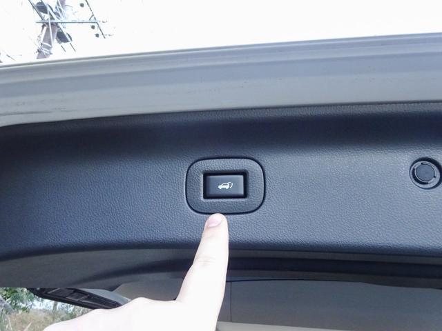 パワーバックドア付き!☆大型のリアゲートは人力で開閉するには重たいので、ボタン一つで自動開閉する装備は、とても重宝します!☆もちろんキーレスのボタン操作でも開閉できます!UPグレードならではの装備です