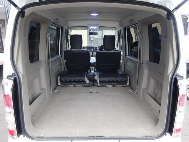 ご覧の通り、後席シートを前方に倒すと、広大な荷室スペースを確保できます。高さのある物も楽に積み下ろしが行えるので、とても便利です!☆ワンタッチ式で楽々!仕事からレジャーまで、幅広い使い方が出来ます!