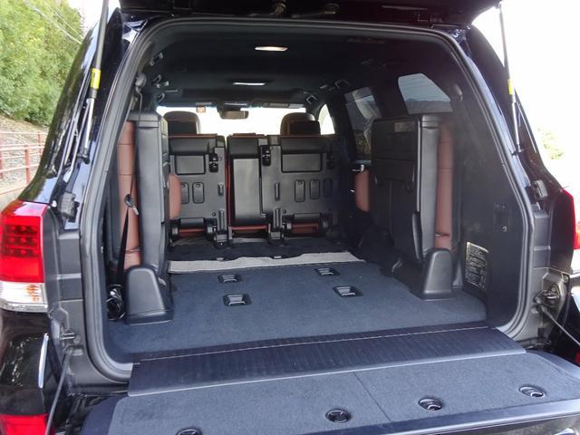 シートの跳ね上げも楽々!3列目は、電動格納サードシートなのでスイッチ1つでワンタッチに跳ね上げ☆女性の方でも、力要らずなのでホント便利!2列目も倒せば広大な荷室が確保出来るので大型の荷物も乗せられます