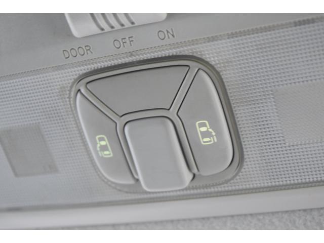 両側パワースライドドア装備!運転席から操作できるのでお子様がいても安心です!
