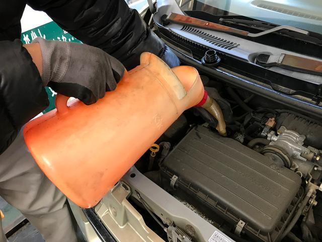 自慢の納車前クリーニングをご紹介します!1エンジンオイル交換新しいエンジンオイルに交換致します。オイルの状態が快適な走行の鍵になります。