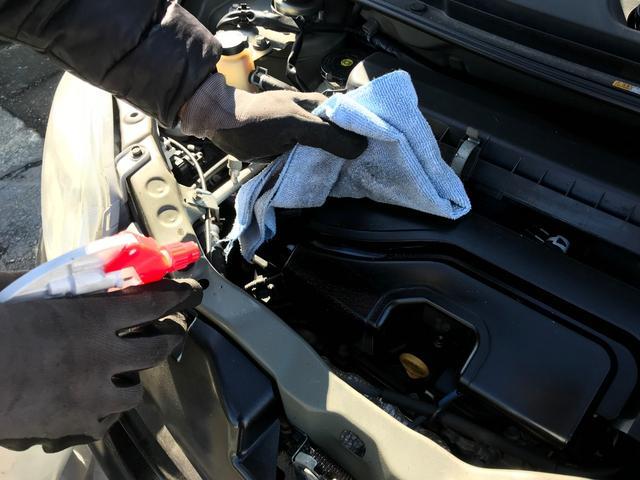 自慢の納車前クリーニングをご紹介します!2エンジンルーム清掃洗浄剤を使用し、細かい場所までスタッフの手で丁寧に清掃致します。エンジンルームは常に清潔にすることが大切です。
