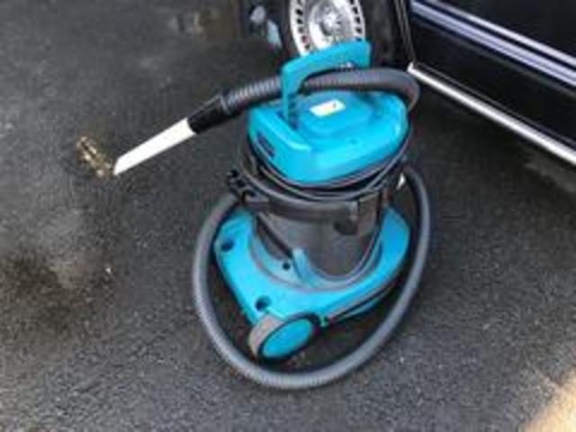 自慢の納車前クリーニングをご紹介します!3車内清掃1シートの間や足元などを清掃致します。業務用クリーナーを使用し隅々まで丁寧に。