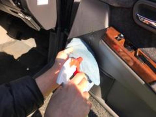 自慢の納車前クリーニングをご紹介します!4車内清掃2洗浄剤を使用し、綺麗に拭き上げております。納車後すぐに快適にご乗車頂けることが当たり前です。