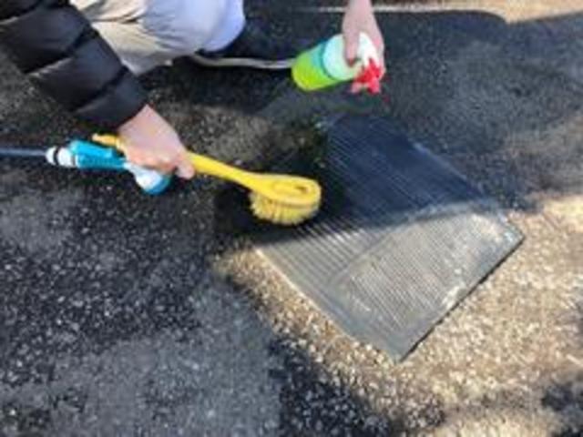 自慢の納車前クリーニングをご紹介します!5車内清掃3洗浄剤で足元のマットを丁寧に洗います。