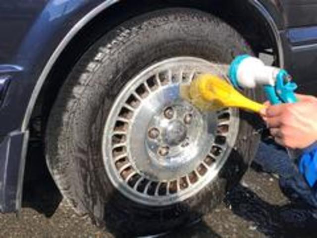 自慢の納車前クリーニングをご紹介します!8タイヤ洗いタイヤとホイールを洗浄剤で綺麗に清掃致します。