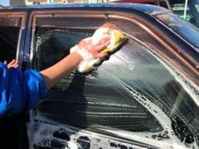 自慢の納車前クリーニングをご紹介します!6洗車外装全体をスポンジで洗車致します。スタッフが心を込めて丁寧に手洗いします。
