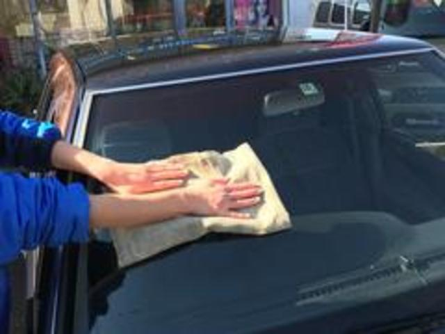 自慢の納車前クリーニングをご紹介します!7 拭き上げ流しながら外装の汚れを目視し、丁寧に拭き上げます。