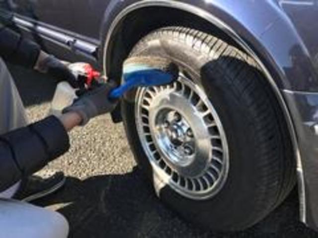 自慢の納車前クリーニングをご紹介します!9タイヤ艶出しタイヤには仕上げに艶出しを行います。全然見た目が違ってきます。