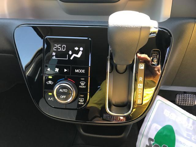 プッシュ式のオートエアコンが標準装備♪。ディスプレイが大きくて見やすくなっております。エアコンパネルの上の目立つ位置にハザードスイッチがあり、初めて乗っても見つけやすく押しやすい位置になってます。