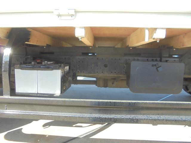 下からご覧いただくとよくわかります。荷台板とそれを支える根太も交換しています。