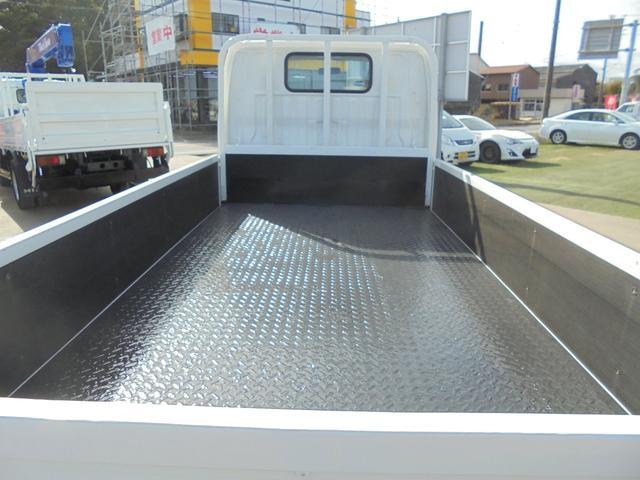 荷台は頑丈な縞鋼板仕上げになります。