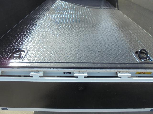 荷物をしっかり固定できるフックが、荷台後方に2個付いています。