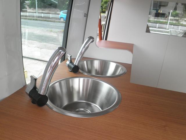 ツインシンク完備 電動シャワー 角度、向きも調整できます。