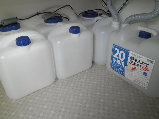 給水、排水用タンクは20Lを4個備え付けております。20Lの小分けにすることにより、持ち運びの不便さを解消いたしました。排水の処理もしやすいです。こちらももちろん新品です。