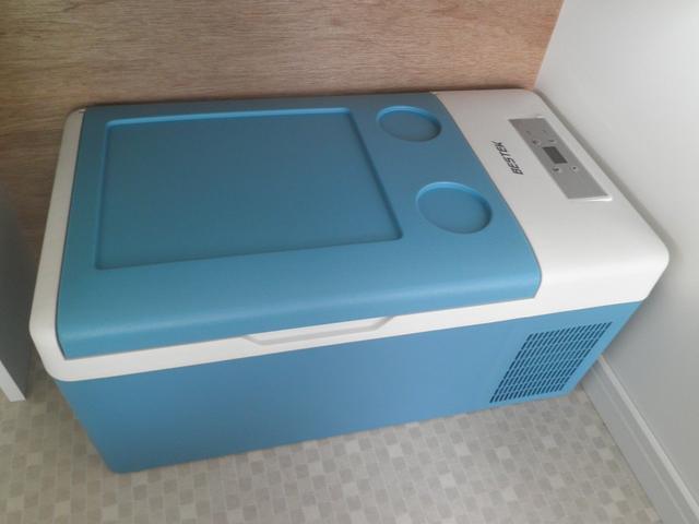 冷凍冷蔵庫付き 氷も保存できます こちらも、もちろん新品です。