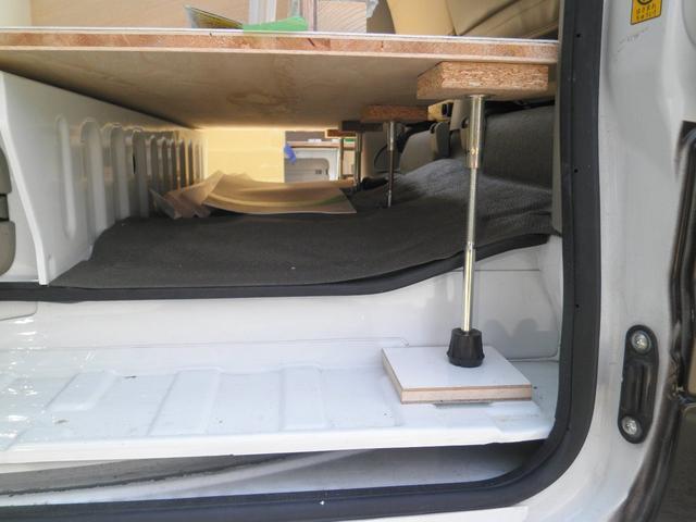 運転席側の床下になります。収納にお使い頂けます。
