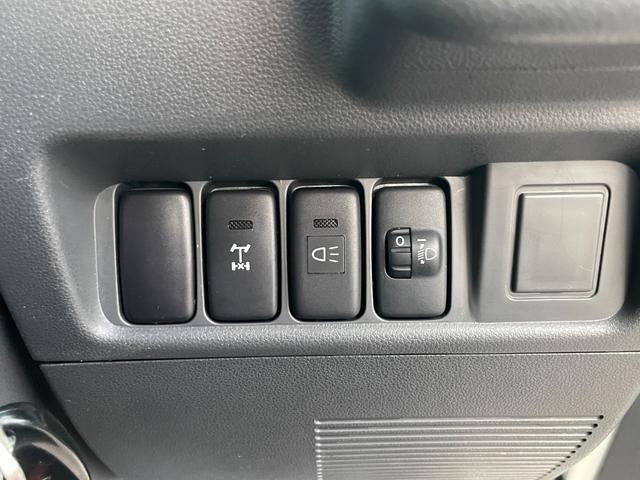 リアデフのロックスイッチ、荷台灯のスイッチになります。リアデフロックは1速、またはRギアの時に作動できます。