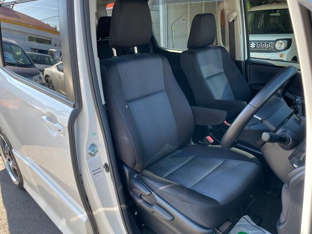 高さ調整付の運転席になります。距離が浅いので座面右側や背もたれのサイドサポートもシワやスレ切れもなく綺麗です。