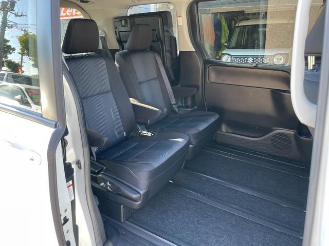 プチロングスライドモードにできるので、サードシートを使わないときは快適な後席空間を作れます。ちなみにフロアマットは新品の社外のものをご用意しています。