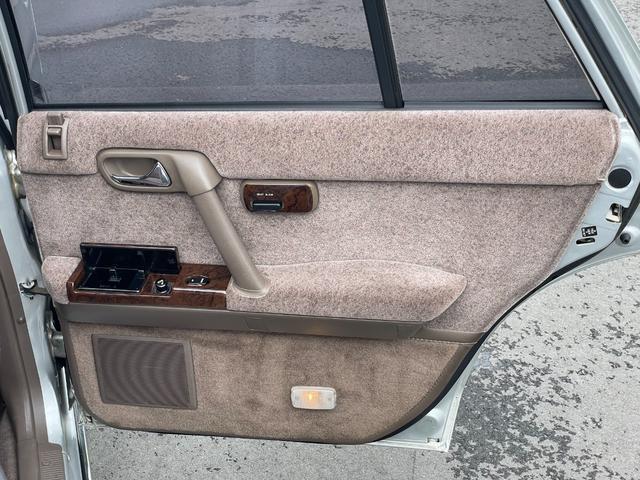 前席と同じくドア側にシートの操作スイッチがあります。