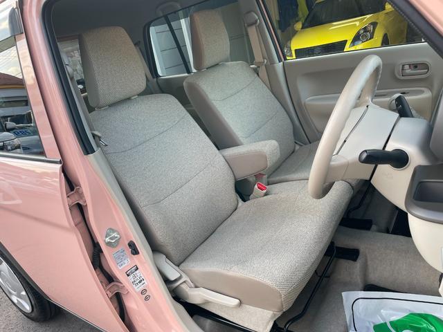 フロントシートはベンチシートになっています。運転席は座面の高さを調整できます。
