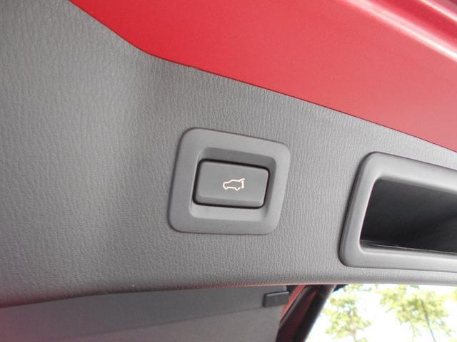 セカンドシートのドリンクホルダーにもシートヒーター調整機能がございます。