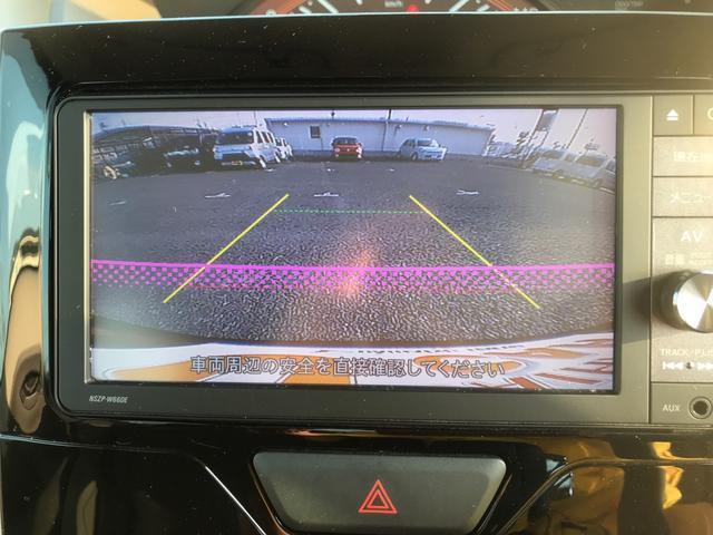バックカメラは駐車場でのバック進入時などに、後方視野に入りにくい歩行中の子供や小さな障害物などを確認できるため、事故を未然に防ぎます。
