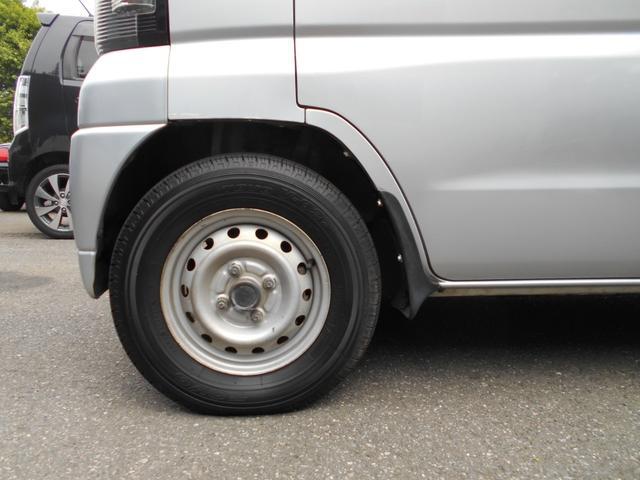 タイヤの山たくさんあります。