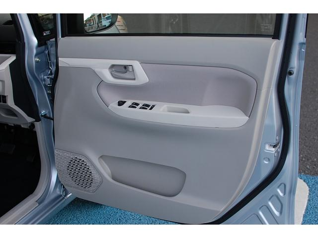 痛みの出やすい運転席シートの角、フロアマット(汎用)、ともに良好です