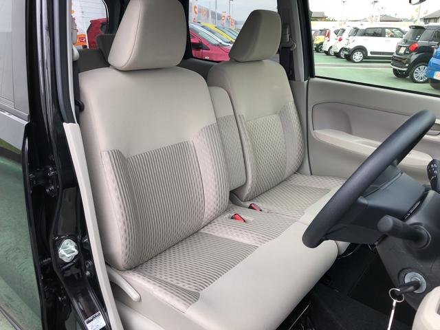 フロントシート(前席)です。よく乗る運転席にも、汚れや使用感も気になりません。肘掛けは、ちょっとした小物入れにもなります。