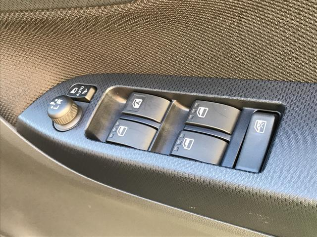 運転席ドアのウインドウ操作スイッチです。すべてのウインドウの開閉操作が可能です。また、ドアミラーはオート開閉なので、ドアロックで自動で閉じ、エンジンスタートで自動で開きます。