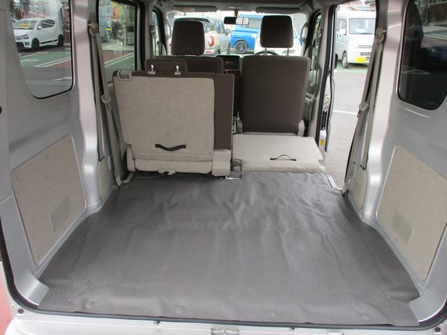 リヤシートは左右で分割可倒します!背もたれを倒せば更に広いスペースが確保できます!