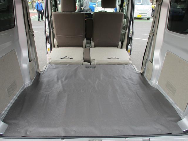 リヤシートをいっぱいまで倒すとこんなに奥行きができるんです!多い荷物もしっかり積めます!