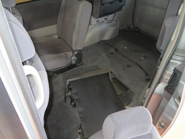 ルームクリーニングは必要に応じて、シートやカーペット、内張りから天張りまで、外せる物はすべて外して徹底的にクリーニングします。
